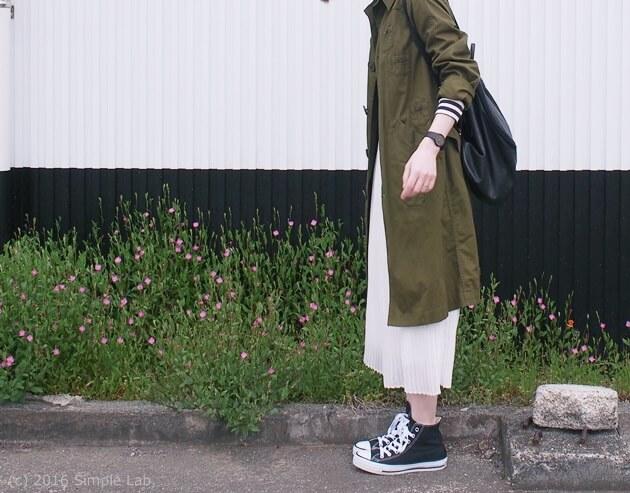 カーキ 白プリーツスカート コーディネート カジュアル